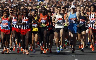 Kenya's Wilson Kipsang leads the men's elite field at the start of the men's London Marathon