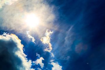 Глубокое синее небо и облака