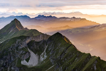 Berge bei Sonnenuntergang vom Brienzer Rothorn aus Richtung Interlaken, Berner Oberland, Alpen, Schweiz Wall mural