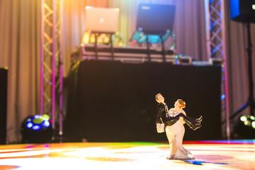 Hochzeitspaar tanzt auf der Tanzfläche während der Hochzeitsfeier