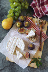 Goat cheese, figs, fruits and bread