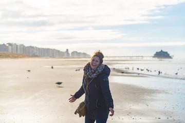 Glückliche Frau im Gegenlicht am Strand von Blankenberge in Belgien