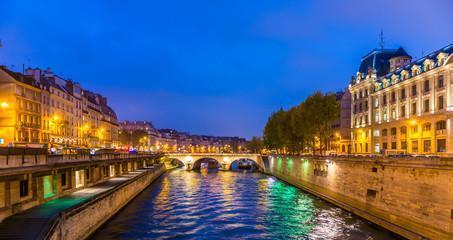 Quai de la Seine la nuit à Paris, France