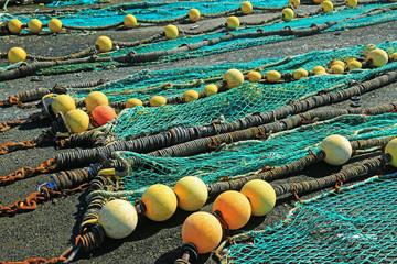 Fischfangnetze, zum trocknen ausgebreitet im Hafen von Loctudy, Bretagne, Frankreich