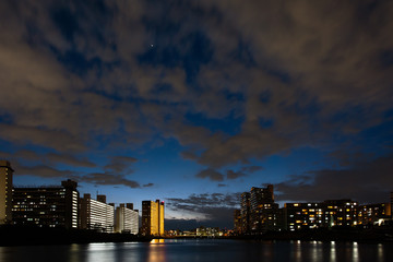 隅田川沿い、宵闇のマンション
