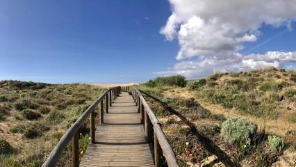 Holzsteg durch Dünen in der Algarve