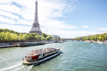 Landscpae view on the Eiffel tower and Seine river with tourist boat in Paris Fototapete