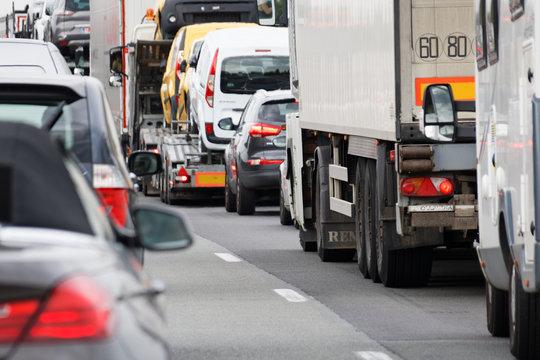 Traffic routier sur l'autoroute - Bouchon