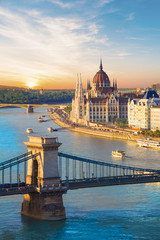 Photo sur Toile Budapest Beautiful view of the Hungarian Parliament and the chain bridge in Budapest, Hungary