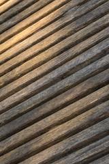 Holzbohlen aufgereiht