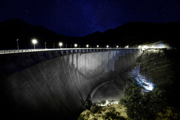 Stores à enrouleur Barrage dam at night under starry sky and milky way