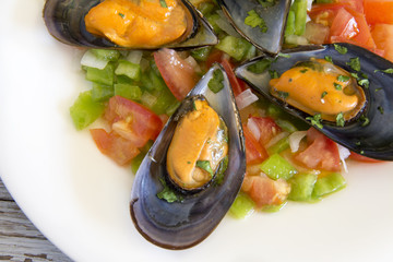 Vinaigrette mussels served on a plate.