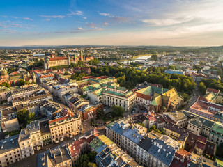 Kraków - krajobraz starego miasta z lotu ptaka, z widocznym zamkiem królewskim na Wawelu i  Wisłą.