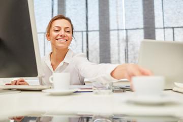 Junge Frau am Computer Arbeitsplatz