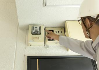 働く人 電気メータ 確認 取り替え