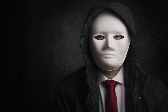 hombre de negocios con mascara