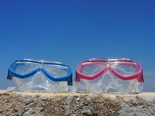 Schnorcheln: Kinder-Taucherbrillen auf der Kaimauer