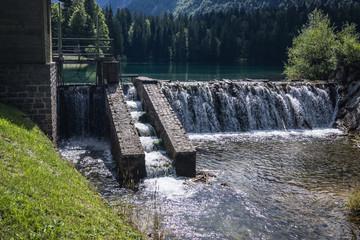 Fischtreppe bei einem Staudamm