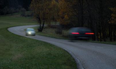 Fotomurales - Auto mit defektem Scheinwerfer links gefährdet Gegenverkehr - Car with defective headlamp left endangered oncoming traffic