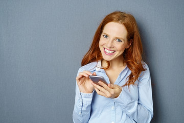 frau schreibt eine nachricht auf ihrem mobiltelefon