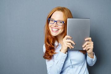 glückliche frau zeigt ihr tablet