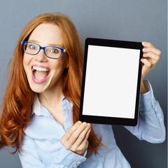 frau zeigt den bildschirm ihres tablets