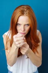 frau ballt kämpferisch die fäuste