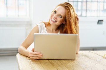 lächelnde frau surft im internet
