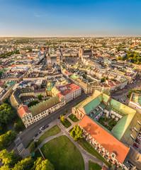 Kraków z lotu ptaka. Krajobraz starego miasta z widocznym Rynkiem Głównym i oknem papieskim.