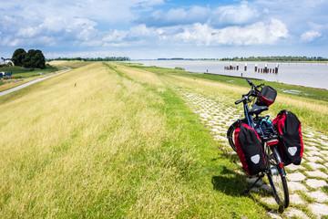 Radeln durch Ostfriesland, Fahrrad mit Gepäck, Emsradweg, Deutschland,