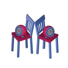 Stillleben mit zwei Stühlen auf denen ein Wecker steht.