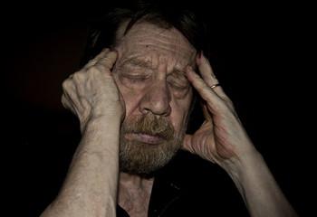 Uomo anziano, mal di testa, cefalea, emicrania.