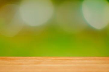 Holzhintergrund im Grünen mit Tischplatte