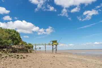 Cabane de pêcheurs sur pilotis (ou 'carrelet'), Médoc,  estuaire de la Gironde, France