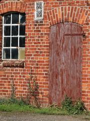 Alte Holztür mit kaputtem Fenster einer Ruine