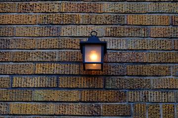 レトロなランプとレンガの壁