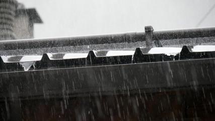 Pioggia in montagna sul tetto della casa