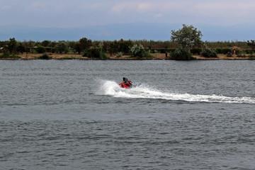 Acrobacias con moto de agua en el río