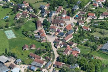 Vue aérienne du village typique d'Anthien dans la Nièvre en France