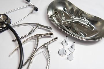 鼻鏡、耳鏡、膿盆、聴診器