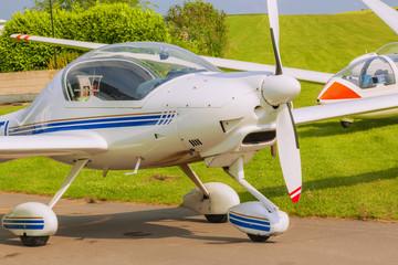 Kleinflugzeug auf dem Flugplatz