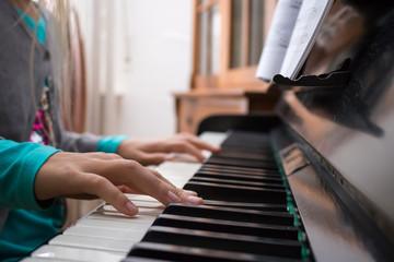 Kinderhände beim Klavierspiel