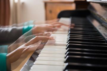 Dynamische bewegung beim Klavier spielen