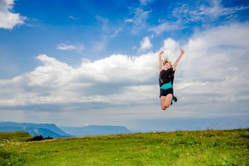 Fillette sautant dans le Parc naturel régional du massif des Bauges