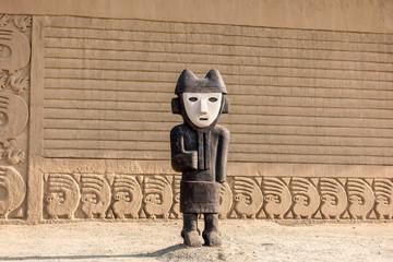 Figur beim Eingang von Chan Chan bei Trujillo