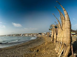 Caballito de Totoras am Strand von Huanchaco bei Trujillo, Peru