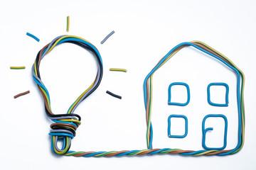 Haus mit Glühbirne Glühlampe geht ein Licht auf