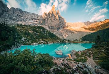 Amazing view of Sorapis lake (Lago di Sorapis) at sunrise. Dolomites, Italy. Fototapete