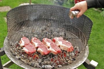 zarte Rindersteaks auf dem Grill salzen / Zubereitung