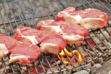 rohe Rindersteaks auf dem Grill / Zubereitung